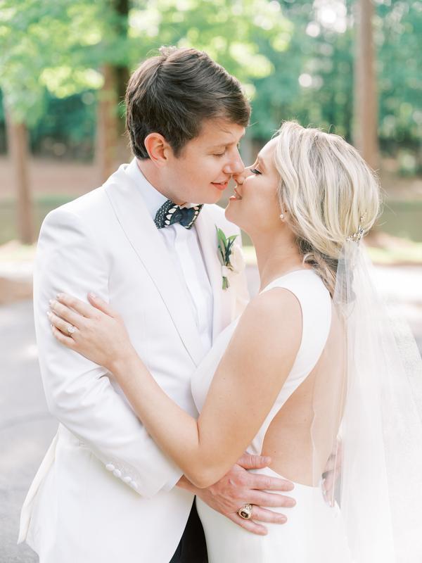 traje de novio blanco flores fistol moño formal novia