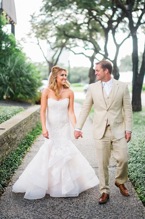traje de novio beige jardín novia casual