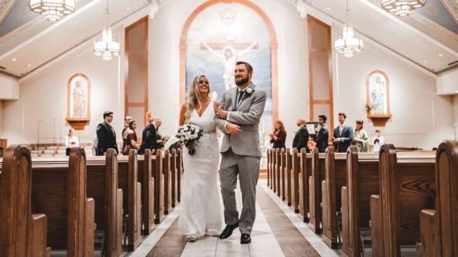 novio-traje-gris-iglesia