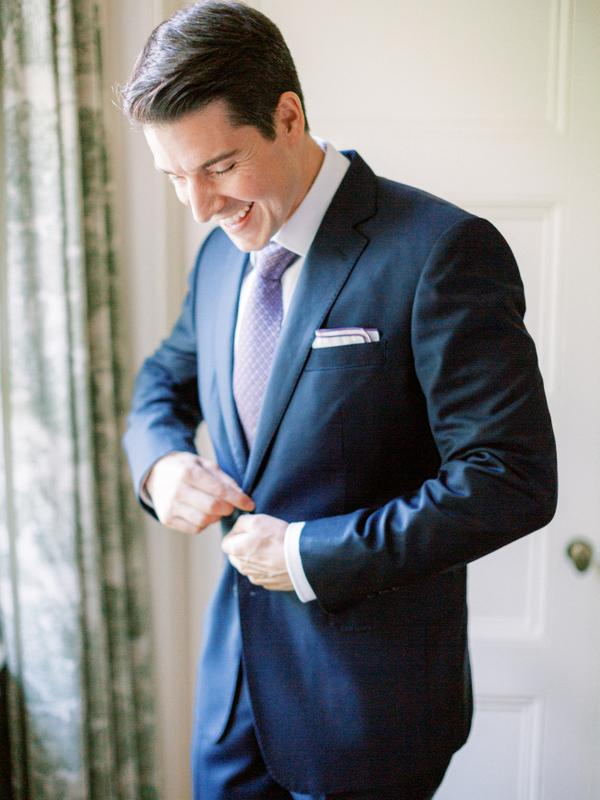 traje de novio navy moño casual salón corbata pañuelo