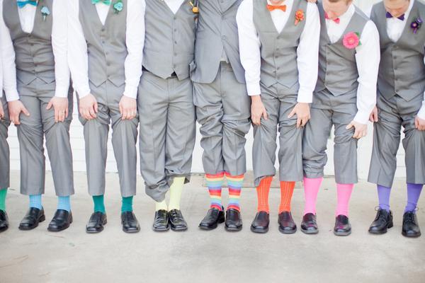 traje de novio gris calcetines moño casual fistol