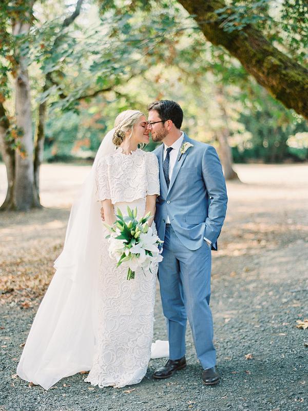 traje de novio azul cielo corbata fistol jardín novia casual