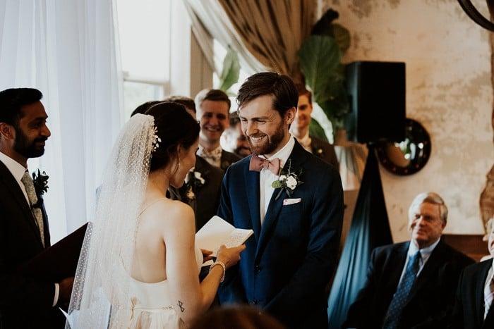 traje de novio azul marino moño salón novia casual