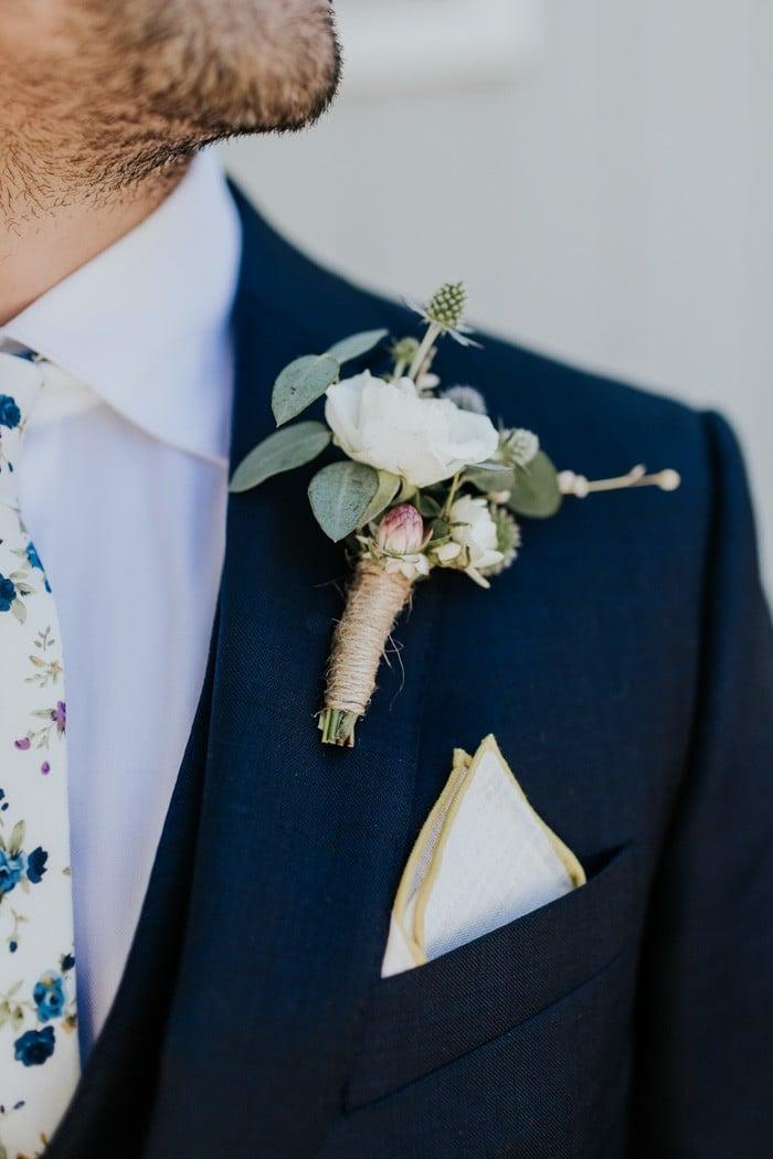 traje de novio azul marino corbata fistol pañuelo casual