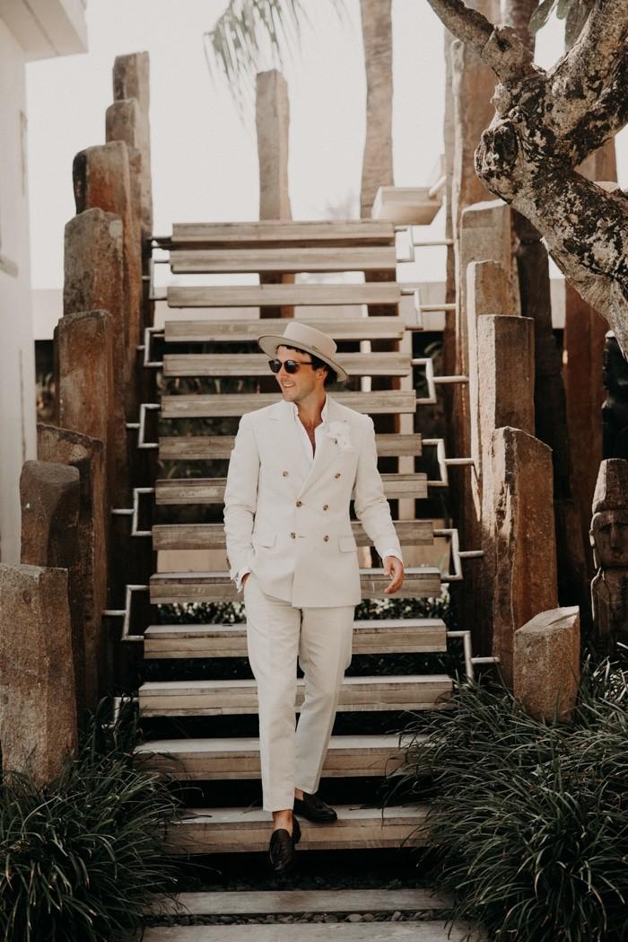 Traje de novio blanco jardín casual sombrero