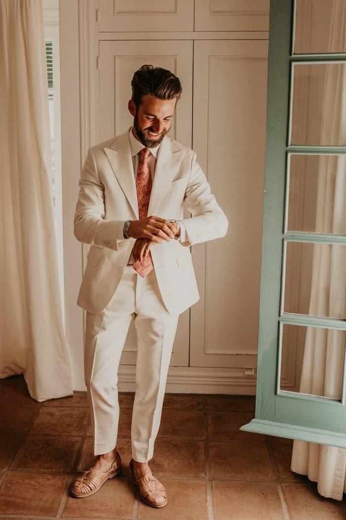 Traje de novio blanco casual corbata