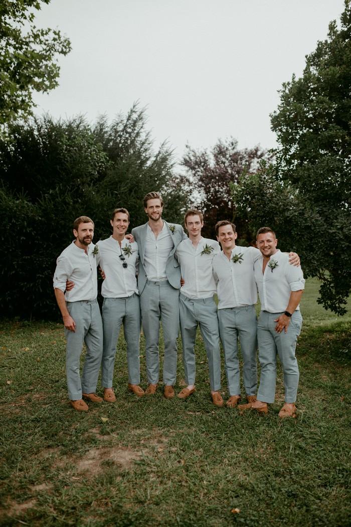 traje de novio gris fistol jardín casual padrinos