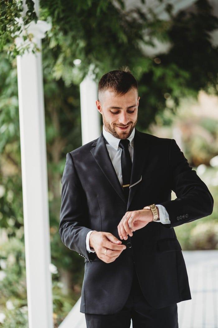 traje de novio negro corbata reloj formal