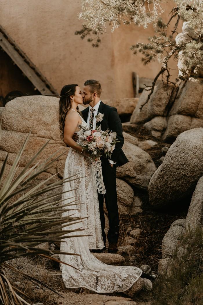 Traje de novio negro jardín novia corbata flores cusual
