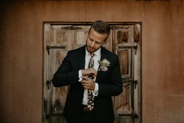 Traje de novio negro rústico corbata flores fistol casual