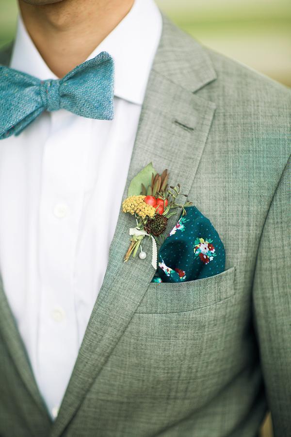 traje de novio gris moño pañuelo fistol casual