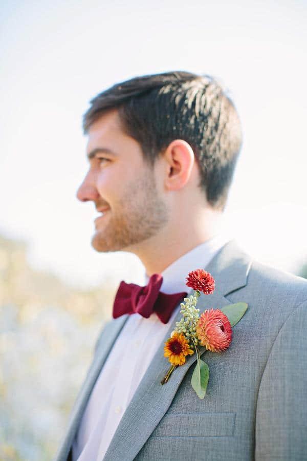 traje de novio gris moño casual jardín fistol flores