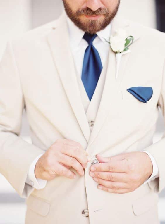 traje de novio beige casual chaleco fistol flores corbata