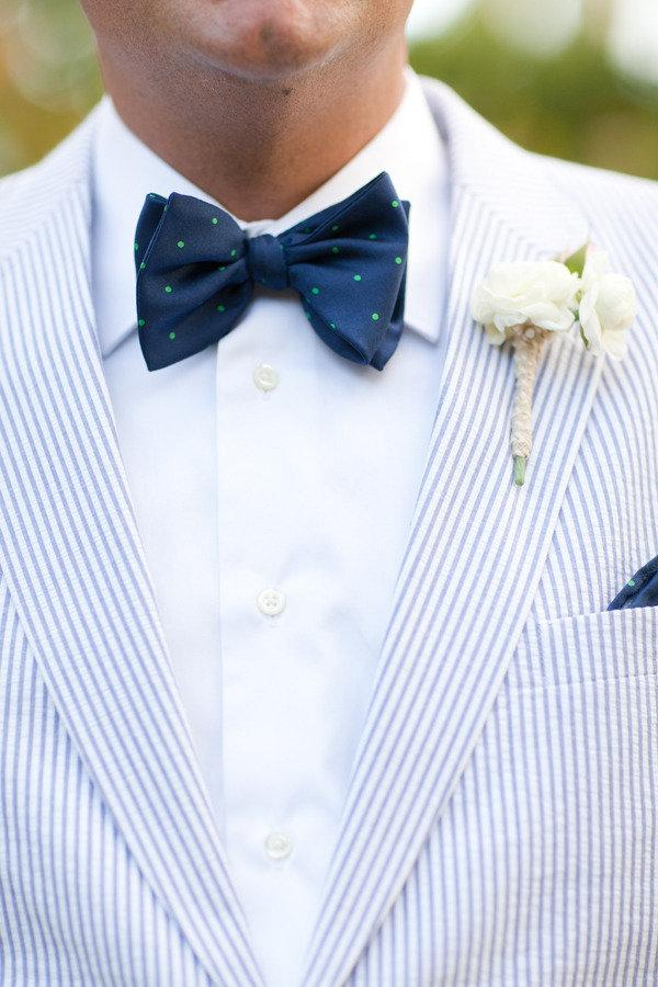 traje de novio blanco rayas moño casual jardín fistol