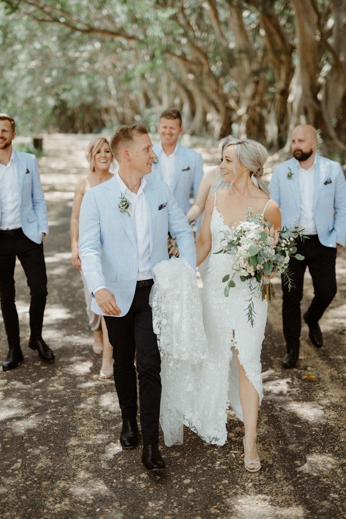 traje de novio azul cielo padrinos casual jardín novia