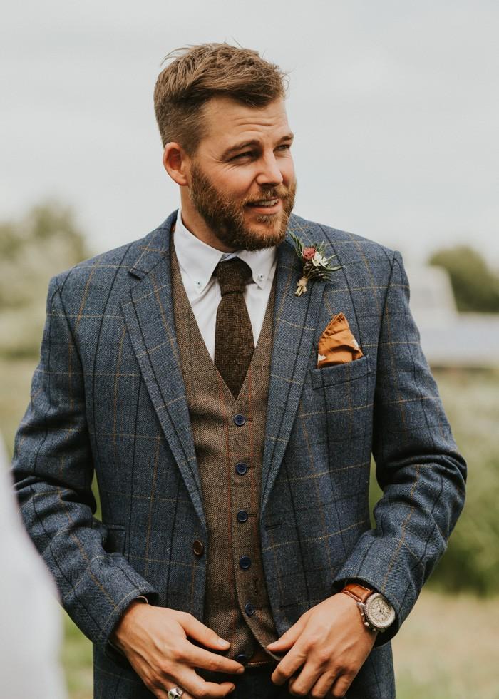 traje de novio azul cuadros corbata combinado casual jardín fistol pañuelo