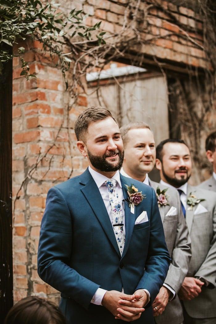 traje de novio azul corbata flores casual jardín fistol padrinos