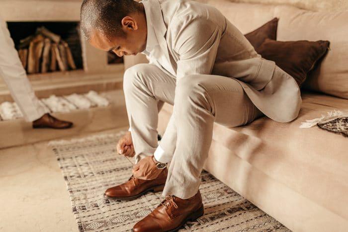 traje de novio beige salón casual zapatos