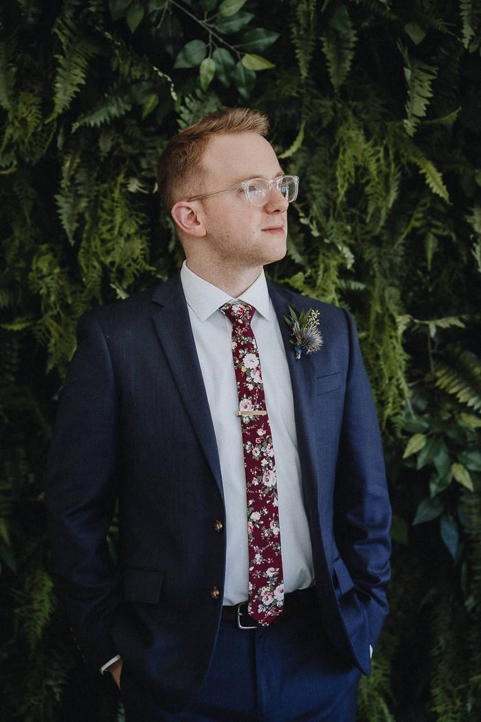Traje de novio azul marino jardín casual fistol corbata