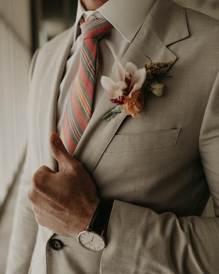 Traje de novio blanco salón casual fistol corbata
